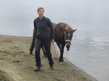 Frida på långtur, här vid ridvadet i Ottsjön.